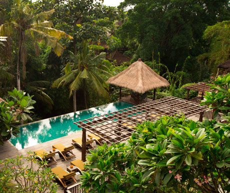 swimming pool overlooking the tropical valley below at Alaya Resort Jembawan