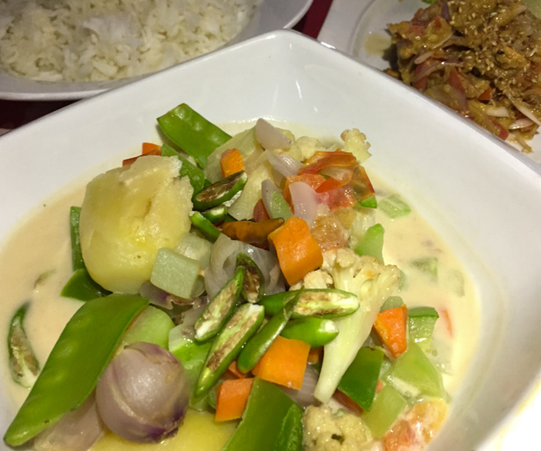 Thai green curry at Shwe Ou Food Garden